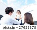 若い3人家族、赤ちゃん、高い高い、マイホーム、青空 27623378