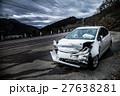 フロントが破壊された事故車を見る風景 27638281
