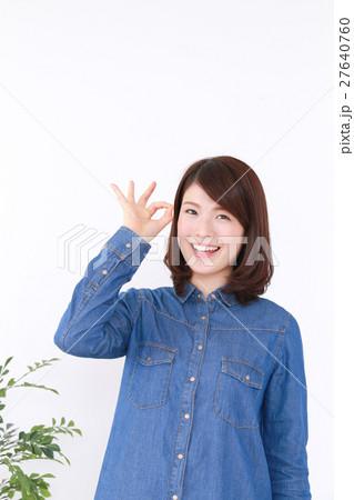 オッケーポーズの女性 27640760