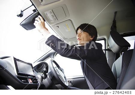 ビジネス 運転 車 運転手 ドライバー 車内 移動 男性 ビジネスマン 27642403
