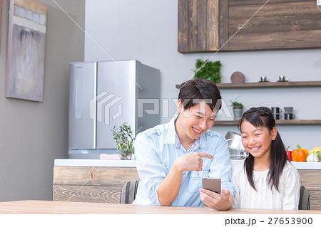 スマホを見る親子 父親 お父さん 娘 女の子 生活感 27653900