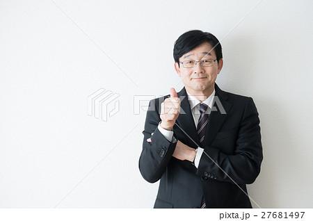 スーツ姿の男性(60代) 27681497