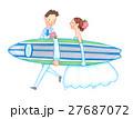 サーフボードを運ぶウェディング姿のカップル 27687072