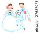 サッカーをするウェディング姿のカップル 27687075