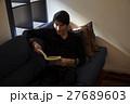 読書する30代男性 27689603