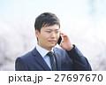 スマートフォンを持つビジネスマン(桜背景) 27697670