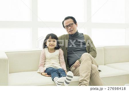 ソファーに座るおじいちゃんと孫 27698418