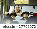 通園バスに乗る園児たち 27702072