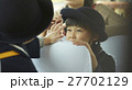 通園バスに乗る園児たち 27702129