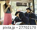 通園バスに乗る園児たち 27702170