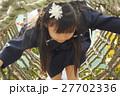 遊具で遊ぶ園児 27702336