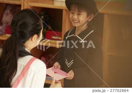 先生にお手紙を渡す園児 27702664