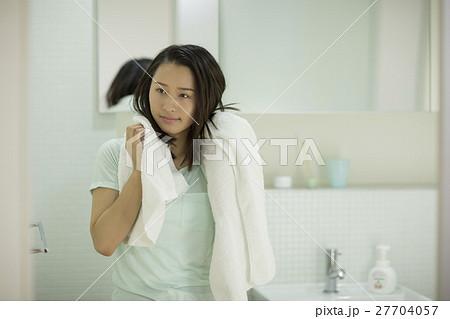 お風呂上がりの若い女性 27704057