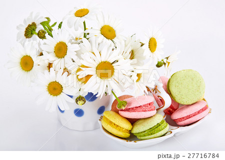 Camomiles in vase with macaroons on saucer.の写真素材 [27716784] - PIXTA