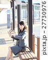 バス停で待つビジネスウーマン 27730976