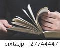 本を読む男性の手,ボディーパーツ 27744447