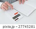 家計簿をつけるシニア 白バック 27745281