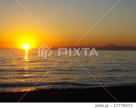 稲毛海岸に沈む夕日と富士山 27776055