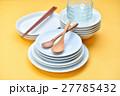 家事/料理/食器イメージ。白いお皿と木のスプーン、お箸。 27785432