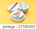 家事/料理/食器イメージ。白いお皿と木のスプーン、お箸。 27785433