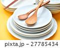 家事/料理/食器イメージ。白いお皿と木のスプーン、お箸。 27785434