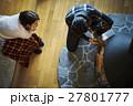 別荘 暖炉 くつろぐカップル 27801777