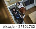 別荘 休暇 ソファでくつろぐカップル 27801782