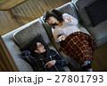 別荘 休暇 ソファでくつろぐカップル 27801793