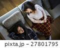 別荘 休暇 ソファでくつろぐカップル 27801795