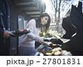 軽井沢 休暇 バーベキューの準備をするカップル 27801831