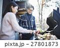 軽井沢 休暇 バーベキューの準備をするカップル 27801873