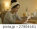 手紙を読む若い女性 27804161