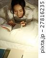 布団の中で読書をする女の子 27816235