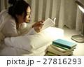 布団の中で読書をする女の子 27816293