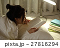 布団の中で読書をする女の子 27816294