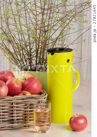 apples, glass of juice and thermos jugの写真素材 [27821645] - PIXTA