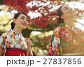 紅葉を満喫する日本人女性と外国人女性 27837856