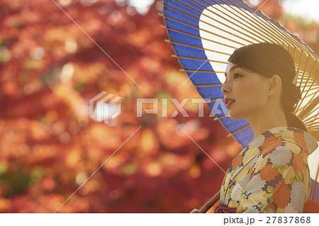 鮮やかな紅葉と着物の女性 ポートレート 27837868