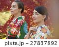 紅葉を満喫する日本人女性と外国人女性 27837892