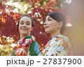 紅葉を満喫する日本人女性と外国人女性 27837900
