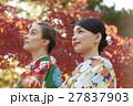 紅葉を満喫する日本人女性と外国人女性 27837903