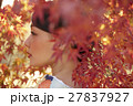 鮮やかな紅葉と着物の女性 ポートレート 27837927