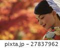 鮮やかな紅葉と着物の女性 ポートレート 27837962