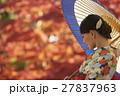 鮮やかな紅葉と着物の女性 ポートレート 27837963