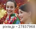 紅葉を満喫する日本人女性と外国人女性 27837968