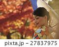 鮮やかな紅葉と着物の女性 ポートレート 27837975