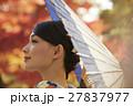 鮮やかな紅葉と着物の女性 ポートレート 27837977