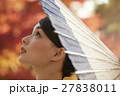 鮮やかな紅葉と着物の女性 ポートレート 27838011