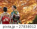 紅葉を満喫する日本人女性と外国人女性 27838012