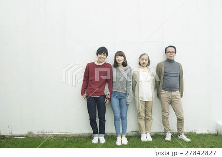 庭で並ぶ家族4人 27842827